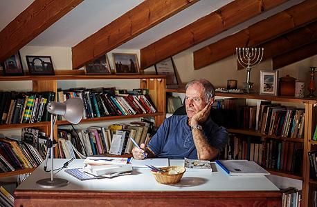 פרופ' גבריאל בן שמחון בחדר העבודה שלו