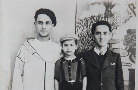 בן שמחון כילד במרוקו, עם אביו ודודו עמרם