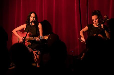 """פרבר עם מאיה בלזיצמן במופע """"שירי כסית"""", החודש בקפה ביאליק בתל אביב. """"שירים של אחרים אני שרה יותר טוב משירים של עצמי"""""""