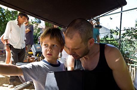 לפיד מנחה את הילד אבי שניידמן המשחק בסרט