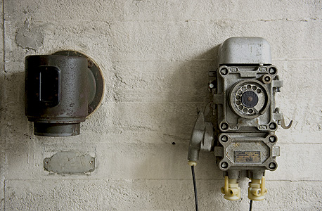 טלפון מימי מלחמת העולם השנייה קבוע בקיר, צילום: איי אף פי