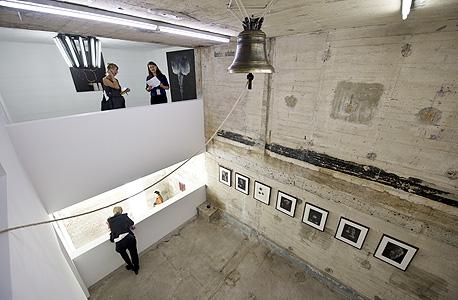 מבקרים בבונקר, צילום: איי אף פי