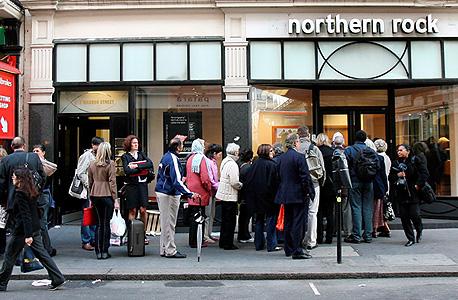 """לקוחות עומדים בתור בספטמבר 2007 כדי למשוך את כספם מהבנק הקורס נורת'רן רוק, שרידלי עמד בראשו. """"הפכתי לחשדן מאוד לגבי שוקי נכסים"""""""