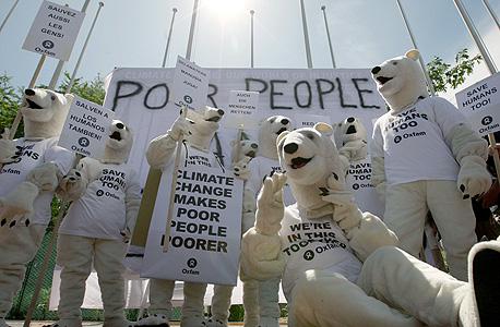 """מפגינים להגברת המודעות לשינויי האקלים מחוץ לוועידת האו""""ם בנושא באינדונזיה"""