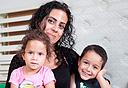 בתיה מזרחי וילדיה נתנאל ודבורה, צילום: עומר מסינגר