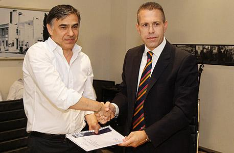 """שר התקשורת גלעד ארדן מעניק את הרישיון לזאב גולדברג יו""""ר חברת IBC, צילום: רפי דלויה"""
