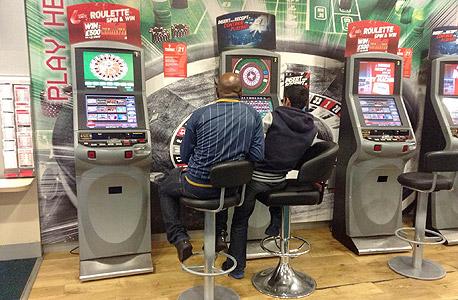 """רולטה דיגיטלית ב""""פיצוציית הימורים"""" בדרום לונדון. """"הפסדתי בזה 60 אלף ליש""""ט בשלוש שנים"""", אמר לי אחד מתושבי השכונה, צילום: יואב בורנשטיין"""