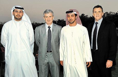 """גרי קוק (מימין) מנכ""""ל סיטי, שייח מונסאר בן זאייד, הבוס, מרק יוז המנג'ר והשותף קאלדון אל מובארק. החזון מעט שונה"""