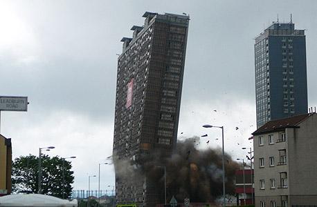 רגע הפיצוץ. 28 קומות קורסות אל עצמן