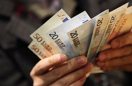 שטרות יורו. הבנק האירופי יזרים לשוק 1.1 טריליון בתוך 18 חודשים, צילום: בלומברג