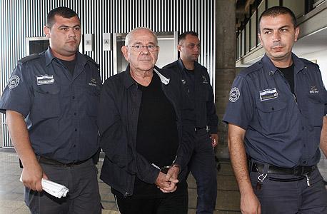 דן כהן מובל למעצר (ארכיון)