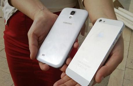 אם יש לכם שני טלפונים, מה זה אומר עליכם?