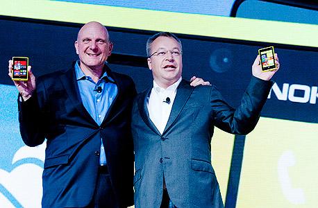 """סטיב באלמר מנכ""""ל מיקרוסופט ו סטיבן אלופ מנכ""""ל נוקיה, צילום: בלומברג"""