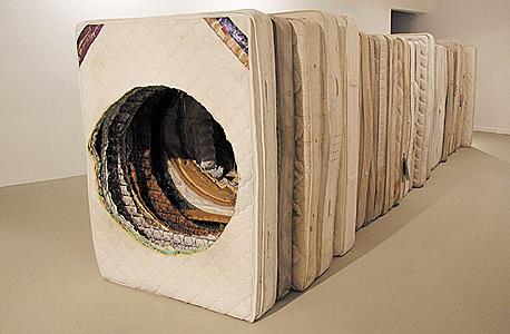 יצירתו של צחי חכמון. 40 אמנים שמציעים את פרשנותם למושג רדי־מייד