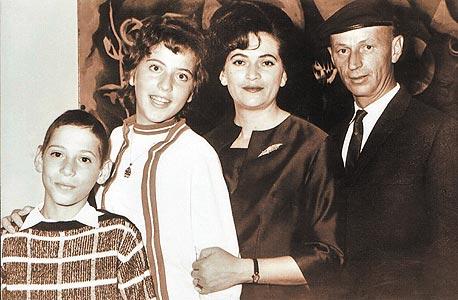1967. מרים פיירברג (16) עם הוריה רפאל ודבורה ואחיה מנחם (12) באירוע משפחתי