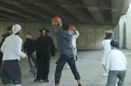 תשומת לב מעוורת. הצופים בסרטון התבקשו לספור את המסירות בין השחקנים הלבושים בלבן. כשהם התמקדו במשימה, הם דיכאו את הקליטה של כל שאר הדברים בסרטון וכך פספסו את הדוב שרקד בין השחקנים