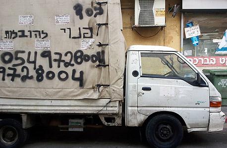 משאית הובלות חונה ברחוב הקישון