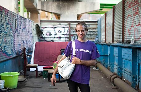 מייקל, במקום מגוריו מתחת לכביש המהיר, צילום: chris arnade