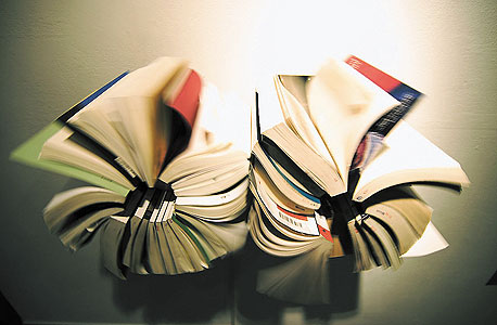 """""""Rolling Books"""" של יון־הי קים. גלריה אלפרד"""