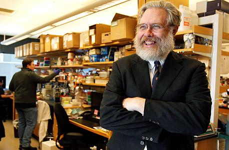 """חלוץ המחשוב הביולוגי ג'רג' צ'רץ'. קודד ספרייה  לתוך דנ""""א"""
