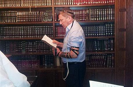 """נוחי דנקנר מתפלל כפר חב""""ד, צילום: אתר חב""""ד COL"""