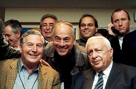 משמאל: סירין קרן, אריה גנגר ומעליו בנו שגיא, לצד אריאל שרון בליל הבחירות, 2001. החיוכים נמחקו
