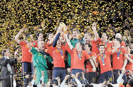 נבחרת ספרד חוגגת ב-2010. הנבחרות בעלות הסיכויים הגבוהים ביותר לנצח הן ברזיל, ארגנטינה, גרמניה וספרד, צילום: אם סי טי