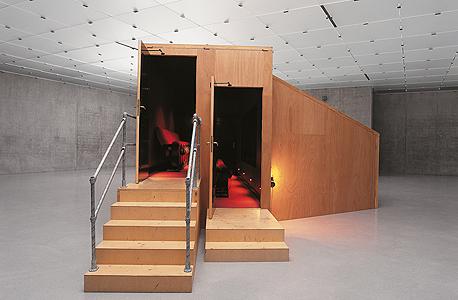"""""""מכון גן העדן"""". בעבודה שייצגה את קנדה בביאנלה בוונציה ב-2001. ביתן עץ קטן שבתמונה יוצר אשליה של אולם ענק כמחווה לקולנוענים של פעם"""