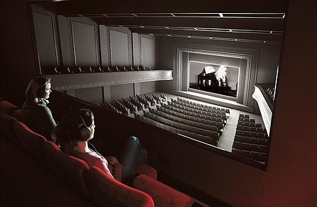 """""""מכון גן העדן"""" - האולם מבפנים. הקהל צופה בסרט שמערבב ז'אנרים. שומע פסקול ייחודי שהורכב בעבורו וגם קולות של קהל מדומה שכביכול ממלא את האולם"""