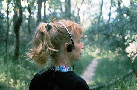 """""""הליכת יער"""". קרדיף באחד הסיורים הראשונים שהקליטה עם מילר, ב-1991. הגיעו לעניין אחרי שנים של חיפושים ונסיונות בתחומי אמנות אחרים, צילום: Cardiff Miller"""