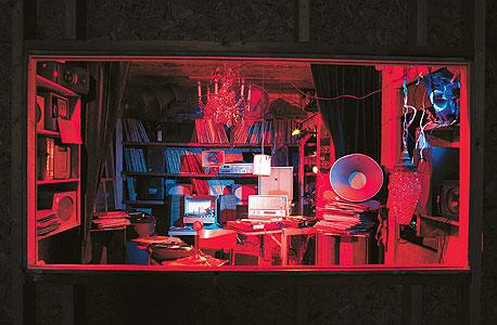 """""""אופרה לחדר הקטן"""". 24 רמקולים עתיקים, שמונה פטיפונים שמתחילים לנגן אוטומטית וכמעט 2,000 תקליטים בשלל סגנונות, שנשמעים בתוך החדר הסגור ללא הפסקה. הצופים יכולים להקשיב ולהתבונן רק מבחוץ, צילום: Markus Tretter"""