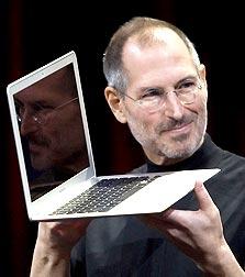 """שורה של מחשבים חדשים? מנכ""""ל אפל ג'ובס מציג את המק-אייר"""