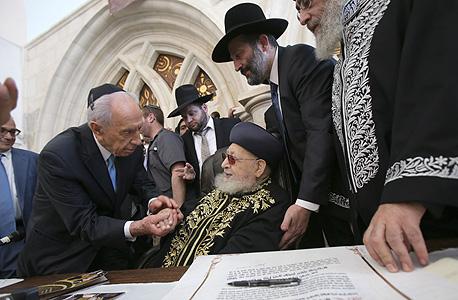 הרב עובדיה יוסף הנשיא שמעון פרס, צילום: אלכס קולומויסקי