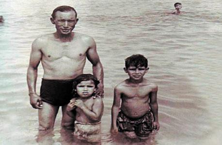 1963. מוסא חסדייה, בן שבע, עם אביו עבד ואחותו מרים, בת ארבע, בחוף הים בחיפה