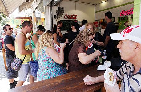 """תור לפלאפל זול במרכז תל אביב. הבעלים לירון רצון: """"יש לנו הסכמים טובים עם הספקים, בגלל הכמות"""""""