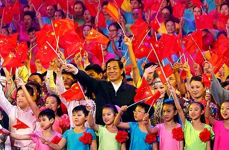 """בו בכנס שירים אדומים בצ'ינגצ'ונג ב־2011. הוא """"עודד"""" אנשי מפלגה ופקידי ממשלה לערוך כינוסי שירה המוניים"""