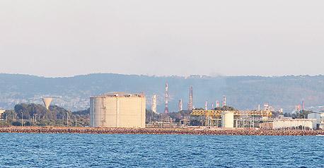 מיכל אמוניה במפרץ חיפה שנסגר, צילום: אלעד גרשגורן