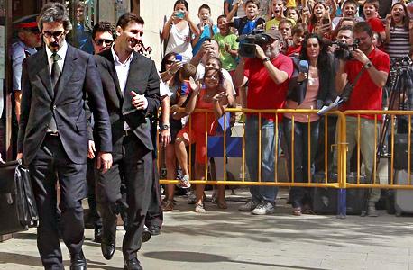 ליאו מסי יוצא מבית המשפט, צילום: אי פי איי