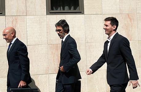 ליאו מסי עורכי דין יוצאים מבית משפט, צילום: רויטרס