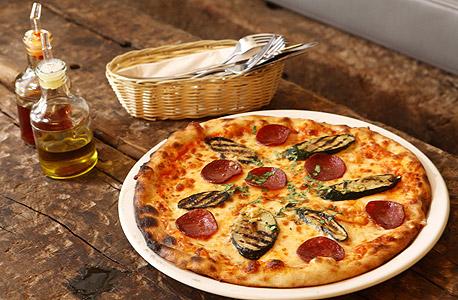 פיצה פפרוני וזוקיני. פרוסות עבות מדי ולא מפתות