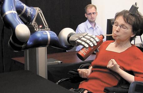 """קאתי האצ'ינסון מפעילה זרוע רובוטית בכוח מחשבתה. דונהיו: """"רוצה לשקם איברים ששותקו"""""""