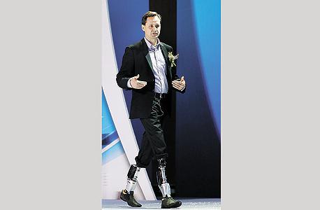 פרופ' יו הר והרגליים המכניות שמחקות תנועות של רגליים אמיתיות