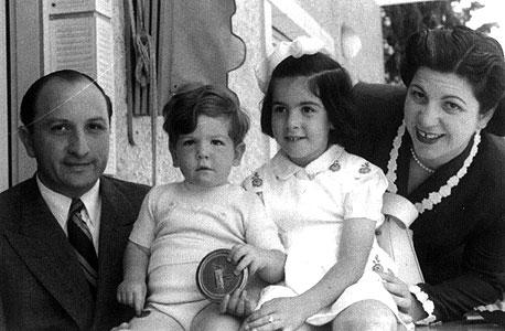 1947. אבי פילוסוף, בן שנתיים, עם אביו דוד ואחותו רני, בת ארבע וחצי, בביתם בתל אביב