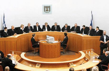 פרופ' אהרן ברק יושב (במרכז) כראש ההרכב בישיבה האחרונה שלו בבית המשפט העליון. ברק סיכל את מועמדותו של מאוטנר לשופט בעליון