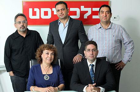 עומדים מימין לשמאל: דן אטיאס, צחי חגג ויובל אלבשן; יושבים מימין לשמאל: אוהד דנוס ורינה דגני