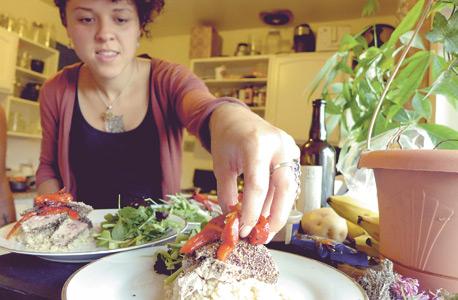 את דייזי קולאסו הכרתי באתר Zaarly. כאן היא מגישה את פילה הטונה שהבאתי לארוחה המשותפת. השוק הבינאישי שבאתר גלגל כבר 30 מיליון דולר