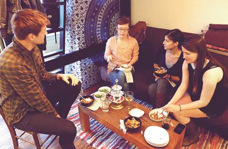 עם מישל פלטשר והחברים שלה אכלתי ארוחת ערב אחרי שהכרנו ברשת החברתית MealSharing, צילום: אסף גלעד