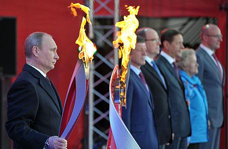 ולדימיר פוטין סוצ'י 2014  עם הלפיד האולימפי, צילום: איי אף פי