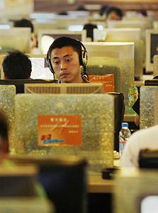 גולש בקפה אינטרנט בסין, צילום: בלומברג