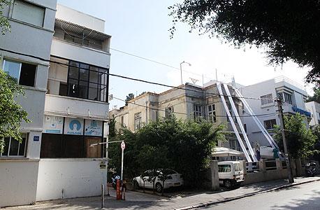 רוטשילד 62–66 בתל אביב. לפי עסקת הקומבינציה הנרקמת, בעלי הקרקע יקבלו 50% מההכנסות ממכירת הדירות העתידית